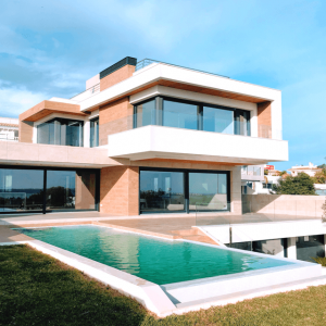 Popup Picture of Modern House and Pool